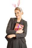 Πορτρέτο μιας γυναίκας που φορά τα αυτιά λαγουδάκι Στοκ Εικόνα