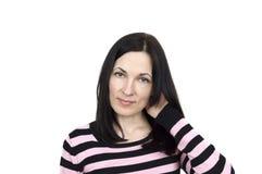 Πορτρέτο μιας γυναίκας που φορά τη ριγωτή τοποθέτηση πουλόβερ στοκ εικόνες