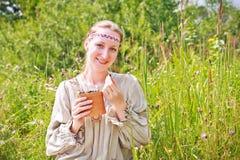 Πορτρέτο μιας γυναίκας που φορά το ρωσικό εθνικό φόρεμα Στοκ φωτογραφία με δικαίωμα ελεύθερης χρήσης