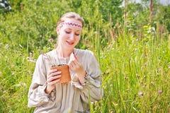 Πορτρέτο μιας γυναίκας που φορά το ρωσικό εθνικό φόρεμα Στοκ Εικόνες