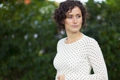 Πορτρέτο μιας γυναίκας που χάνεται στη σκέψη Στοκ Φωτογραφία