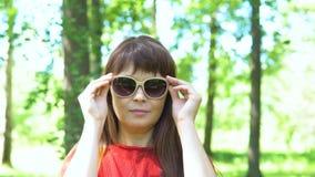 Πορτρέτο μιας γυναίκας στα γυαλιά ηλίου φιλμ μικρού μήκους