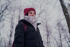 Πορτρέτο μιας γυναίκας στα θερμά ενδύματα το χειμώνα στοκ εικόνα με δικαίωμα ελεύθερης χρήσης