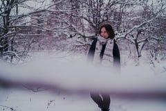 Πορτρέτο μιας γυναίκας στα θερμά ενδύματα το χειμώνα στοκ φωτογραφία με δικαίωμα ελεύθερης χρήσης