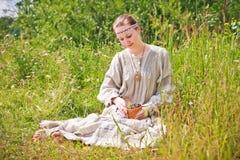Πορτρέτο μιας γυναίκας στο ρωσικό εθνικό φόρεμα. Στοκ εικόνα με δικαίωμα ελεύθερης χρήσης