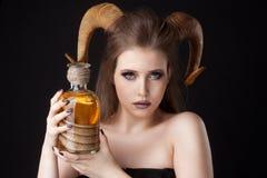 Πορτρέτο μιας ελκυστικής γυναίκας δαιμόνων με τα κέρατα στοκ εικόνες