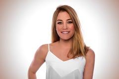 Πορτρέτο μιας ελκυστικής γυναίκας σε ένα άσπρο φόρεμα στοκ φωτογραφία με δικαίωμα ελεύθερης χρήσης