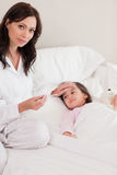 Πορτρέτο μιας ενδιαφερόμενης μητέρας που ελέγχει στην ιδιοσυγκρασία της κόρης της Στοκ εικόνα με δικαίωμα ελεύθερης χρήσης