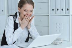 Πορτρέτο μιας επιχειρησιακής γυναίκας με ένα lap-top Στοκ Εικόνες