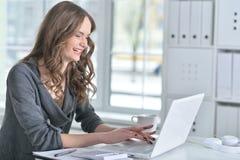 Πορτρέτο μιας επιχειρησιακής γυναίκας με ένα lap-top Στοκ φωτογραφία με δικαίωμα ελεύθερης χρήσης