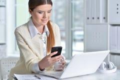 Πορτρέτο μιας επιχειρησιακής γυναίκας με ένα lap-top Στοκ φωτογραφίες με δικαίωμα ελεύθερης χρήσης
