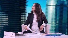 Πορτρέτο μιας επιχειρησιακής γυναίκας Το Brunette με το κάθισμα γυαλιών στην αρχή και την υπογραφή των εγγράφων και το χαμόγελο τ απόθεμα βίντεο