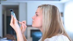 Πορτρέτο μιας ευτυχούς γυναίκας που αγοράζει on-line με ένα έξυπνο τηλέφωνο φιλμ μικρού μήκους