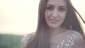 Πορτρέτο μιας ευτυχούς νύφης στο άσπρο φόρεμα στο πάρκο, κινηματογράφηση σε πρώτο πλάνο απόθεμα βίντεο