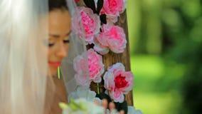 Πορτρέτο μιας ευτυχούς νύφης όμορφη νύφη στο πέπλο με μια ανθοδέσμη στα χέρια στα πλαίσια ενός ξύλινου τοίχου με απόθεμα βίντεο