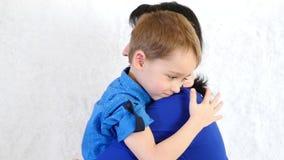 Πορτρέτο μιας ευτυχούς οικογένειας Λίγο χαριτωμένο αγόρι που αγκαλιάζει το mom του απόθεμα βίντεο