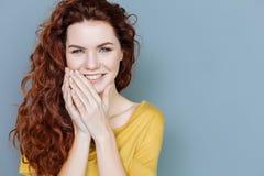 Πορτρέτο μιας ευχαριστημένης νέας γυναίκας στοκ εικόνα με δικαίωμα ελεύθερης χρήσης