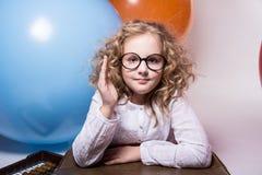 Πορτρέτο μιας εφηβικής μαθήτριας με το αυξημένο χέρι ενάντια στο BA Στοκ Εικόνα