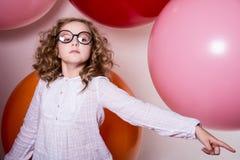 Πορτρέτο μιας εφηβικής μαθήτριας που δείχνει το δάχτυλό της προς Στοκ Εικόνα
