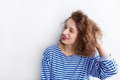 Πορτρέτο μιας εύθυμης νέας γυναίκας με τη σγουρή τρίχα στοκ φωτογραφία με δικαίωμα ελεύθερης χρήσης