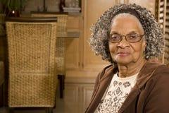 Πορτρέτο μιας ηλικιωμένης γυναίκας αφροαμερικάνων στο σπίτι Στοκ φωτογραφία με δικαίωμα ελεύθερης χρήσης