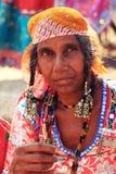 Πορτρέτο μιας ινδικής γυναίκας στη λαϊκή εξάρτηση Στοκ φωτογραφία με δικαίωμα ελεύθερης χρήσης