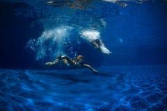 Πορτρέτο μιας κόρης και ενός πατέρα στην πισίνα Στοκ Εικόνες