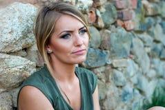 Πορτρέτο μιας λυπημένης, ευμετάβλητης ξανθής γυναίκας Στοκ Φωτογραφίες
