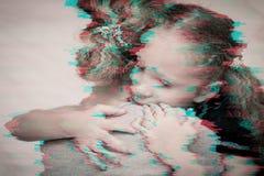 Πορτρέτο μιας λυπημένης κόρης που αγκαλιάζει τη μητέρα του στοκ εικόνες με δικαίωμα ελεύθερης χρήσης