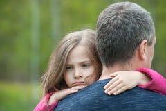 Πορτρέτο μιας λυπημένης κόρης που αγκαλιάζει τον πατέρα της στοκ φωτογραφίες με δικαίωμα ελεύθερης χρήσης