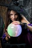 Πορτρέτο μιας μάγισσας με μια μαγική σφαίρα Στοκ Εικόνες