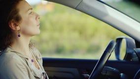Πορτρέτο μιας μέσης ηλικίας γυναίκας στην κατάθλιψη Κάθεται μέσα στο αυτοκίνητο με το τηλέφωνο στο χέρι του, υποφέρει Έννοια - απόθεμα βίντεο