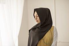 Πορτρέτο μιας μέτριας μουσουλμανικής γυναίκας σε ένα ελαφρύ υπόβαθρο Στοκ φωτογραφία με δικαίωμα ελεύθερης χρήσης