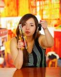 Πορτρέτο μιας μεθυσμένης γυναίκας που κρατά μια μπύρα με ένα χέρι και τα κλειδιά αυτοκινήτων της με την άλλο χέρι, στο υπόβαθρο φ Στοκ εικόνα με δικαίωμα ελεύθερης χρήσης
