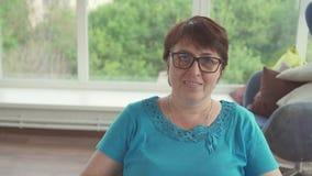 Πορτρέτο μιας με ειδικές ανάγκες γυναίκας σε μια αναπηρική καρέκλα απόθεμα βίντεο