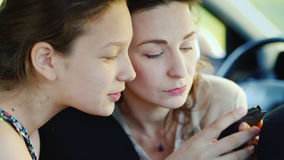 Πορτρέτο μιας μητέρας με την κόρη της 11 έτη Χαριτωμένος επικοινωνήστε, μαζί χρήση ένα κινητό τηλέφωνο ευτυχής από κοινού απόθεμα βίντεο