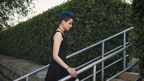 Πορτρέτο μιας μοντέρνης γυναίκας σε ένα μαύρο φόρεμα φιλμ μικρού μήκους
