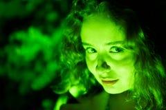 Πορτρέτο μιας μυστήριας όμορφης γυναίκας στον πράσινο φωτισμό στοκ εικόνες με δικαίωμα ελεύθερης χρήσης