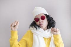 Πορτρέτο μιας νέας αστείας γυναίκας εκκεντρική αλλόκοτη γυναίκα στοκ φωτογραφία με δικαίωμα ελεύθερης χρήσης