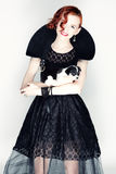 Πορτρέτο μιας νέας γυναίκας με ένα μικρό κουτάβι Στοκ φωτογραφία με δικαίωμα ελεύθερης χρήσης