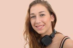 Πορτρέτο μιας νέας γυναίκας με ένα όμορφο χαμόγελο Στοκ εικόνα με δικαίωμα ελεύθερης χρήσης