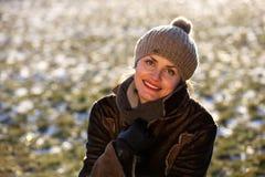 Πορτρέτο μιας νέας γυναίκας με μια ΚΑΠ Στοκ εικόνα με δικαίωμα ελεύθερης χρήσης