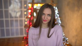 Πορτρέτο μιας νέας γυναίκας με τα όμορφα μπλε μάτια και χρυσού μακρυμάλλους σε ένα στούντιο βραδιού Όμορφο χαμόγελο κοριτσιών και απόθεμα βίντεο