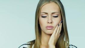 Πορτρέτο μιας νέας γυναίκας: ποιος έχει έναν πονόδοντο απόθεμα βίντεο