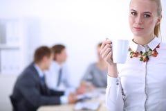 Πορτρέτο μιας νέας γυναίκας που εργάζεται στη στάση γραφείων 15 woman young Στοκ Εικόνα