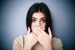 Πορτρέτο μιας νέας γυναίκας που καλύπτει το στόμα της στοκ εικόνα με δικαίωμα ελεύθερης χρήσης