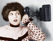 Πορτρέτο μιας νέας γυναίκας που μιλά στο τηλέφωνο (όλα τα πρόσωπα που απεικονίζονται δεν ζουν περισσότερο και κανένα κτήμα δεν υπ Στοκ φωτογραφίες με δικαίωμα ελεύθερης χρήσης