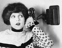 Πορτρέτο μιας νέας γυναίκας που μιλά στο τηλέφωνο (όλα τα πρόσωπα που απεικονίζονται δεν ζουν περισσότερο και κανένα κτήμα δεν υπ Στοκ φωτογραφία με δικαίωμα ελεύθερης χρήσης