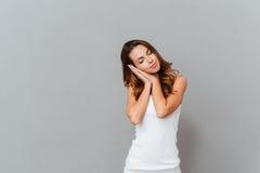 Πορτρέτο μιας νέας γυναίκας που στέκεται και που κοιμάται Στοκ Φωτογραφία