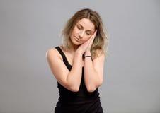 Πορτρέτο μιας νέας γυναίκας που στέκεται και που κοιμάται Στοκ φωτογραφία με δικαίωμα ελεύθερης χρήσης